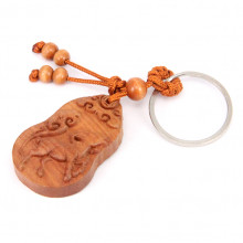 BK077-06 Резной деревянный брелок Год Козы